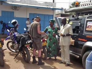 Therese Drammeh tussen de gedoneerde voertuigen