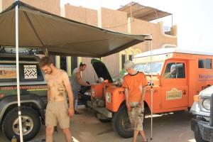 Reparaties onderweg onder de vleugels van de Desert Beagle